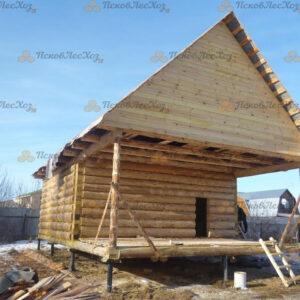 Сруб бани 5 на 6 с верандой и двускатной крышей